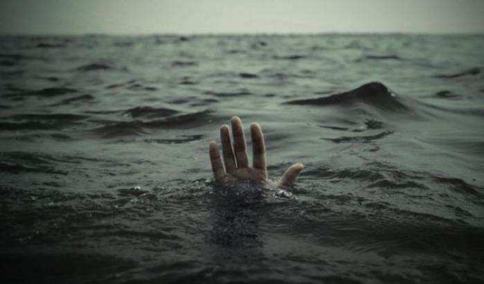 Migranti naufraghi in mare
